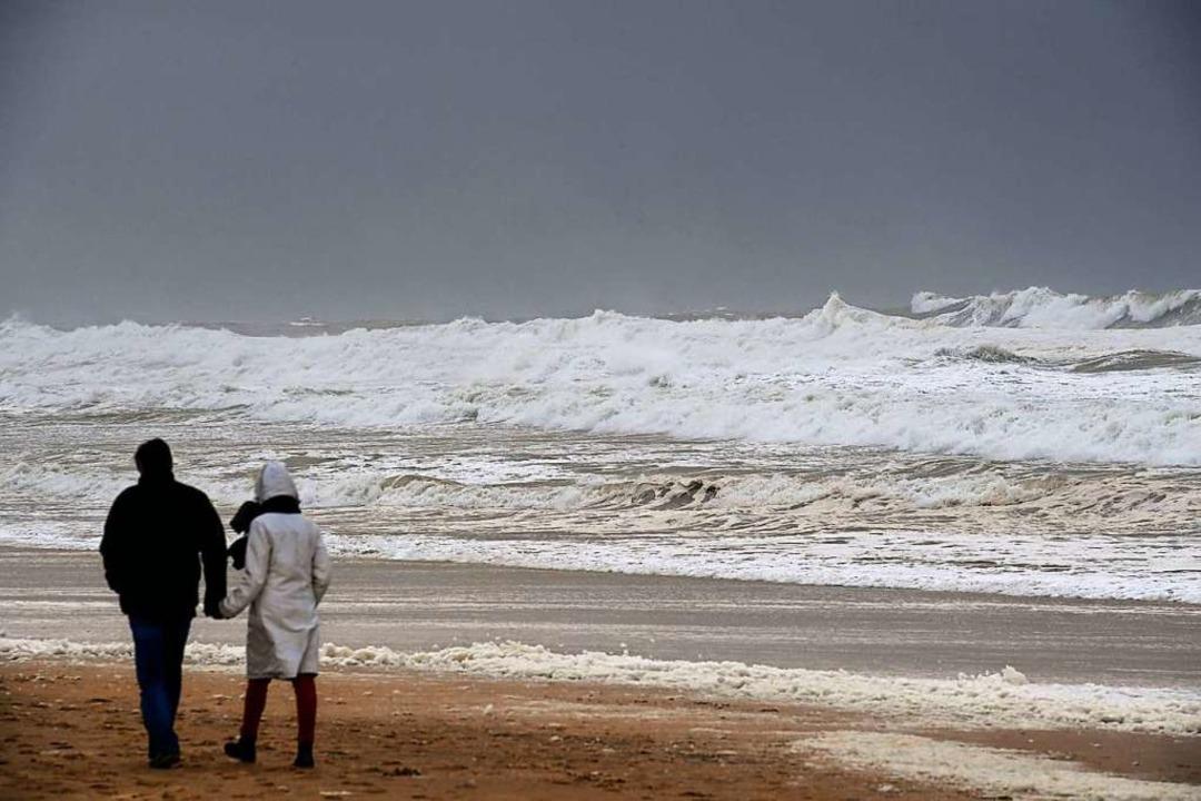 Am Strand des Badeorts Lacanau haben S...ger mehrere Tüten mit Kokain entdeckt.  | Foto: MEHDI FEDOUACH (AFP)