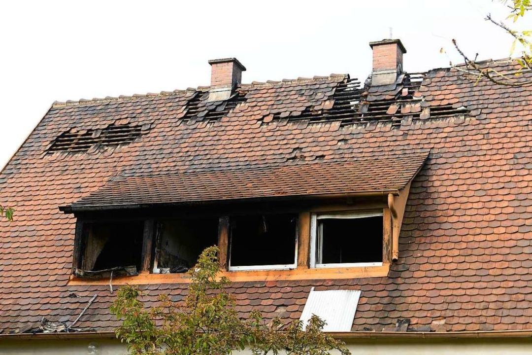 Das Dachgeschoss des Hauses in Freiburg-Haid brannte völlig aus.  | Foto: Ingo Schneider