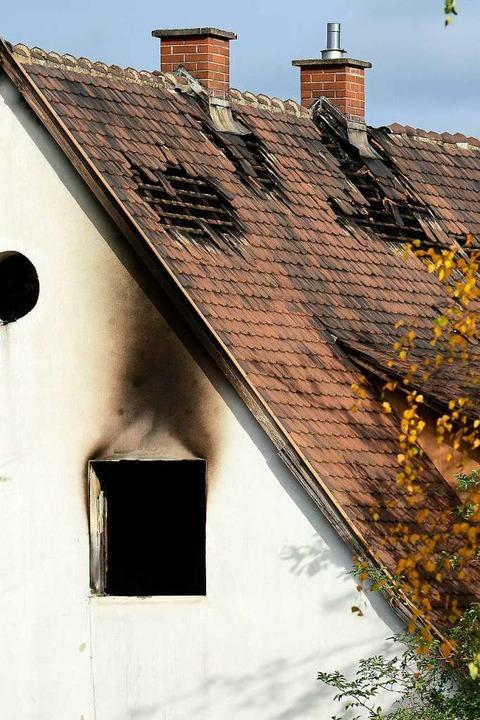 Die Feuerwehr konnte den Brand schnell...aben der Wehr vollständig ausgebrannt.    Foto: Ingo Schneider