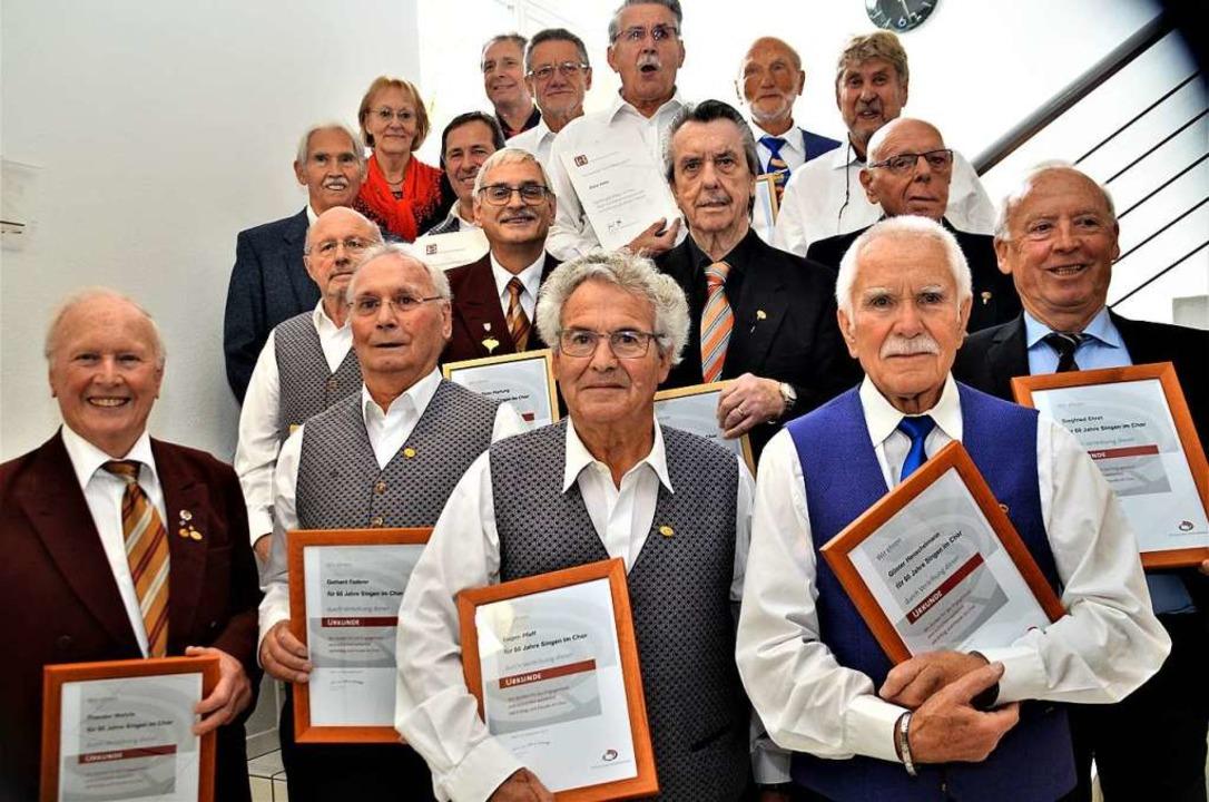 Mit Ehrenzeichen und Urkunde wurden la...60 Jahre aktives Singen ausgezeichnet.  | Foto: Uto R. Bonde