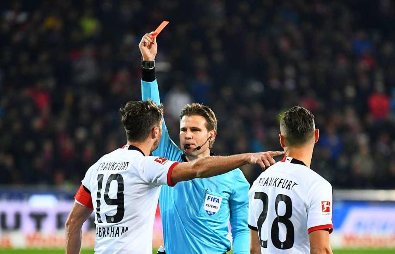 Schiedsrichter Felix Brych zeigt David...r Streich von Freiburg die rote Karte.  | Foto: Patrick Seeger (dpa)