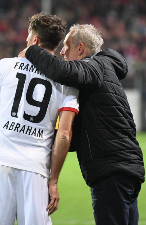 Eine Versöhnung gab es direkt nach dem...em Handschlag in der Eintracht-Kabine.  | Foto: Patrick Seeger (dpa)