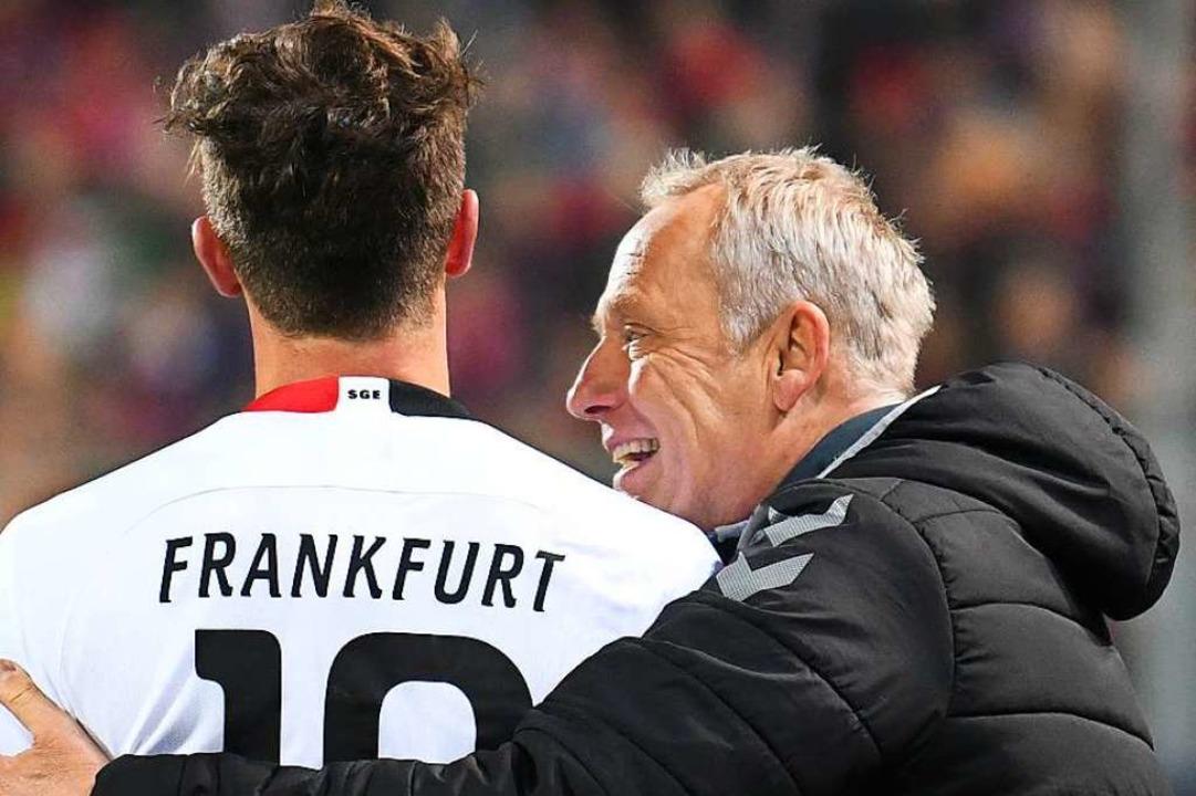 Christian Streich beruhigt David Abraham nach dem Eklat im Schwarzwald-Stadion.  | Foto: Patrick Seeger (dpa)