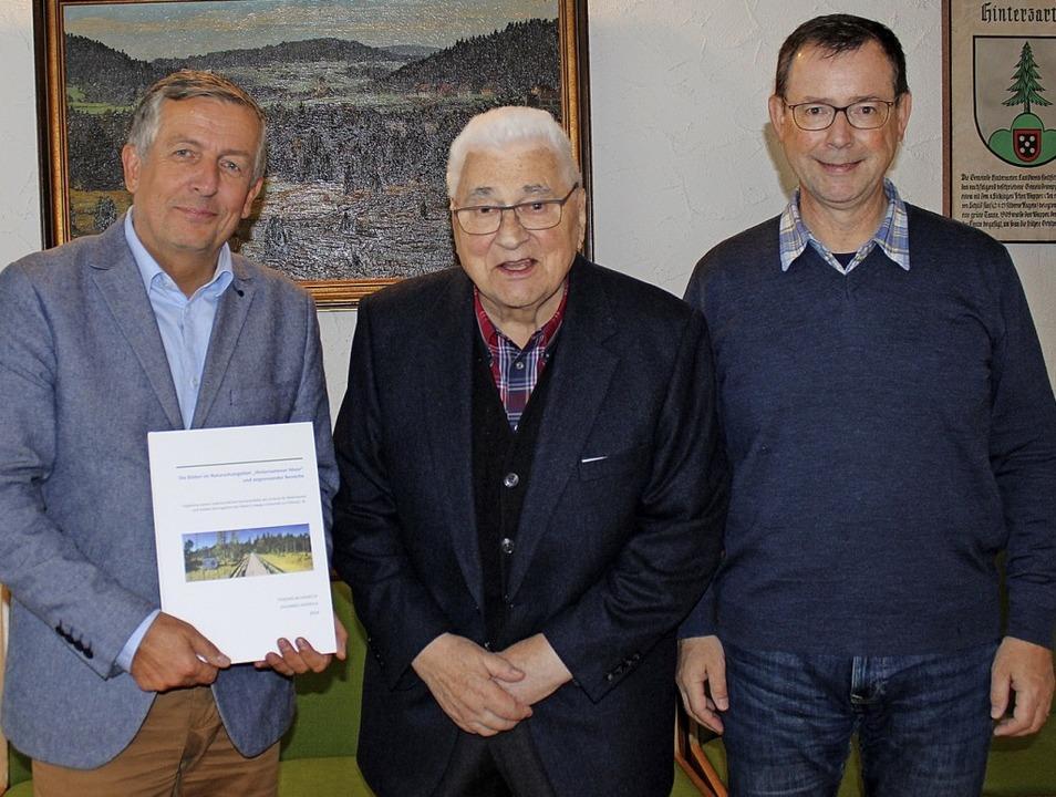 Bürgermeister Klaus-Michael Tatsch (li...sen Sohn Johannes Hädrich in Empfang.   | Foto: Gemeinde Hinterzarten