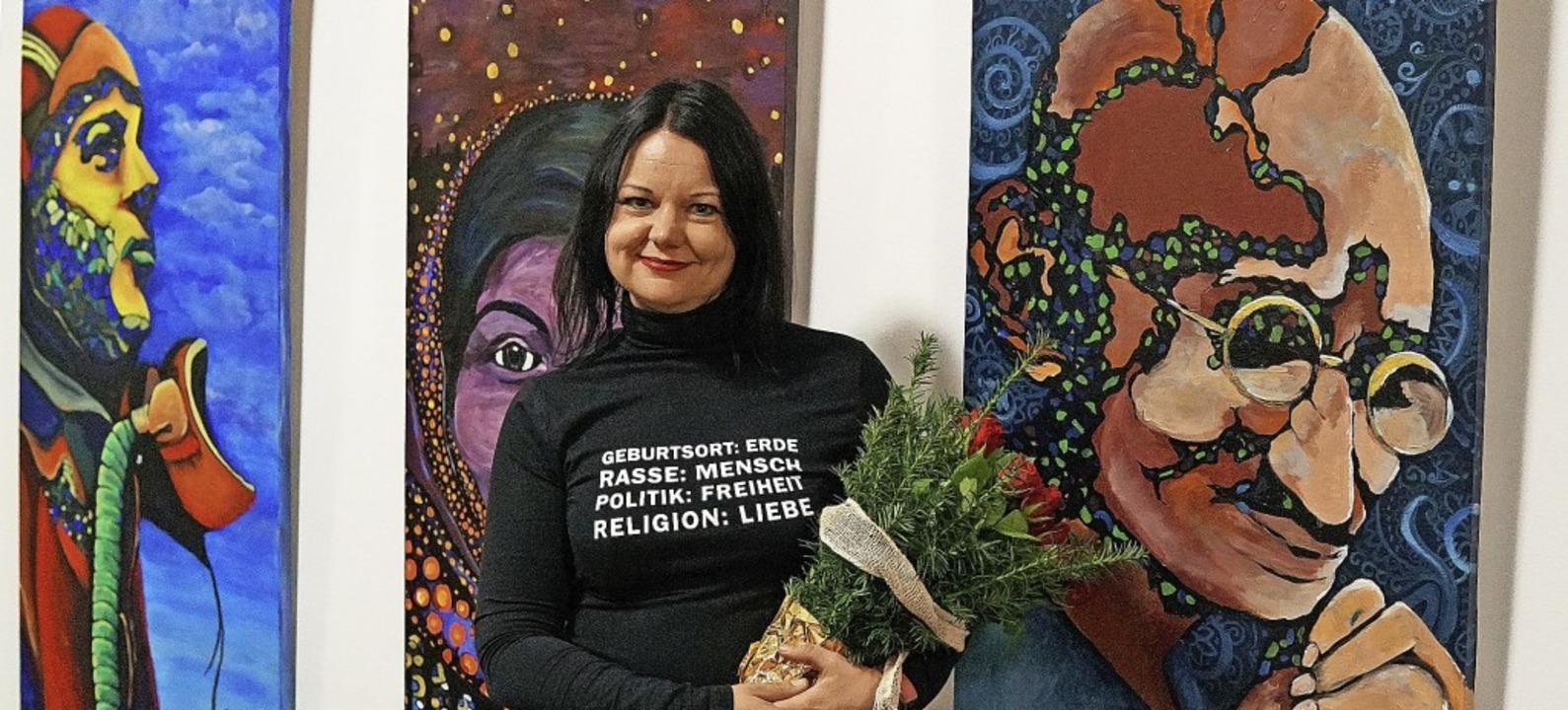 Die Wyhler Künstlerin Katja Linse vor ... ihrer Ausstellung im Wyhler Rathaus.   | Foto: Jürgen Schweizer