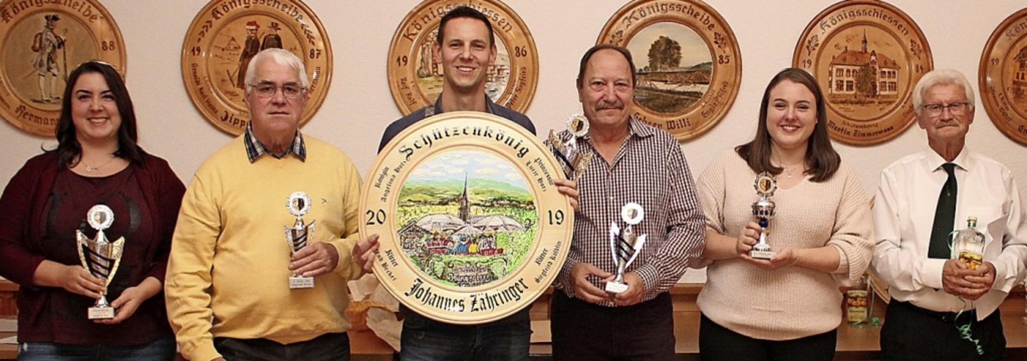 Freuen sich über ihre Preise: Schützen...z, Gewinner des Schnapses Hans Frosch.  | Foto: privat