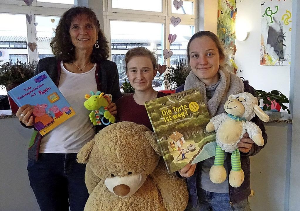 Wer auf kleine Kinder aufpassen möchte...Ott,  Lara Behlke und Amelie Wurdig.      Foto: Meral Arslan