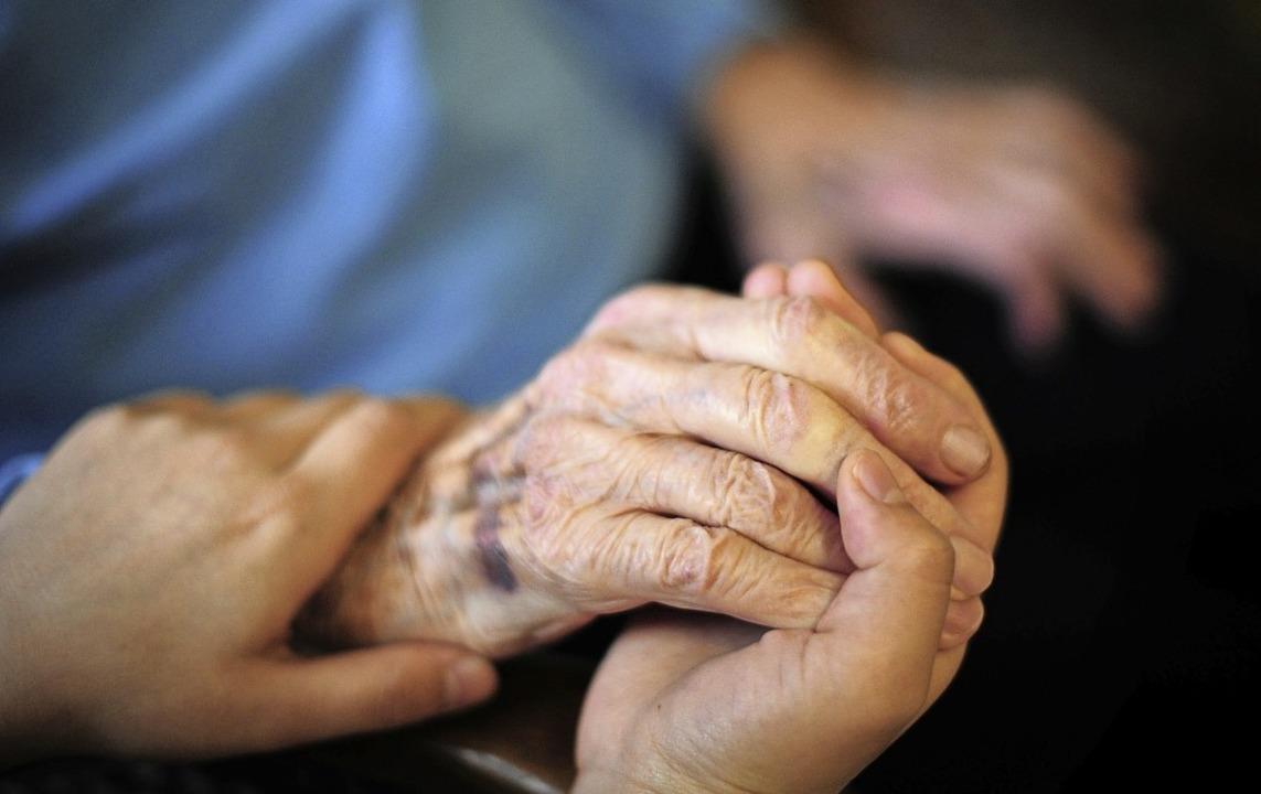 Damit Pflege gut klappt, wird der Pflegestützpunkt personell aufgestockt.   | Foto: Daniel Reinhardt (dpa)
