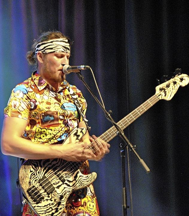 Louis Picaro, Bassist und Frontmann von Blöff the Monkey, ging richtig ab.  | Foto: Ralph Fautz