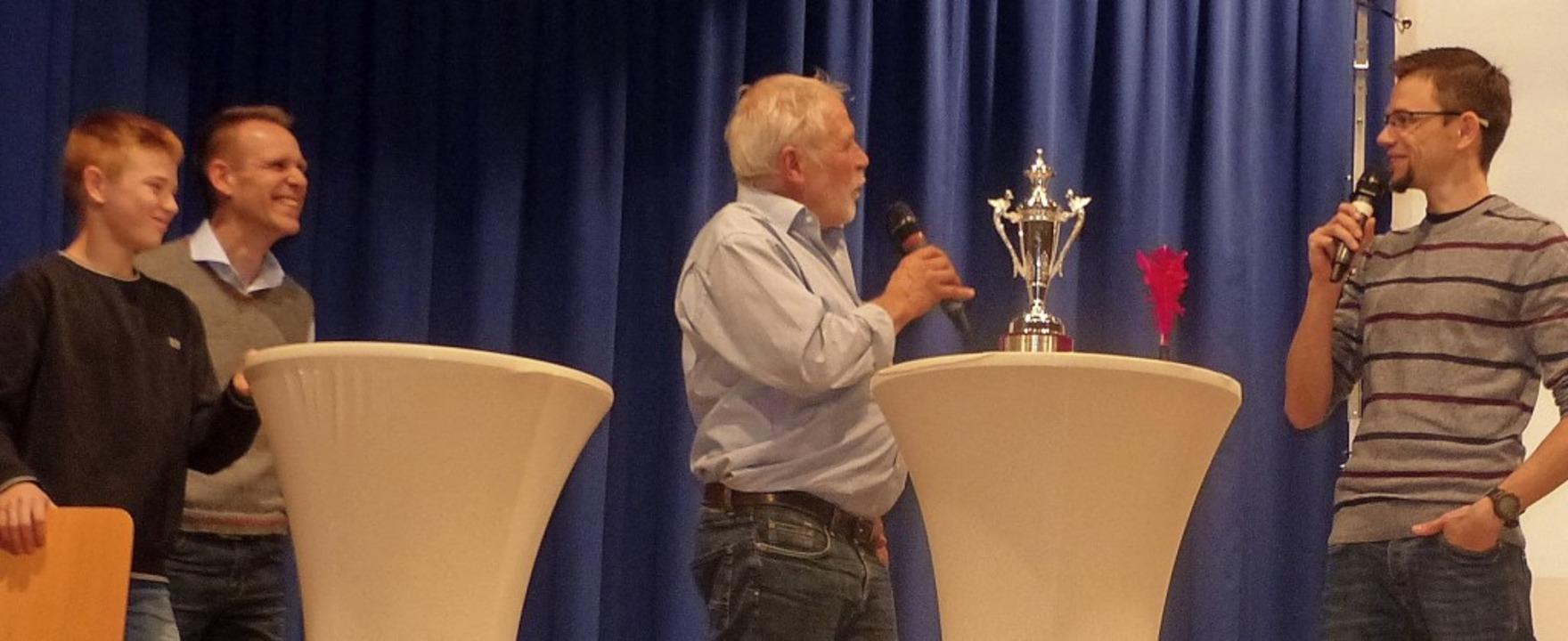 Ortsvorsteher Hans Mild interviewte er...lfaß und Waldemar Schott (von links).   | Foto: Dieter Fink