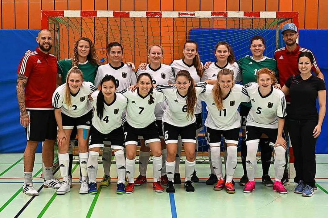 Die Frauen Nationalmannschaft bei eine... Rechts hinten Trainer Filipp Kieffer.  | Foto: Achim Keller