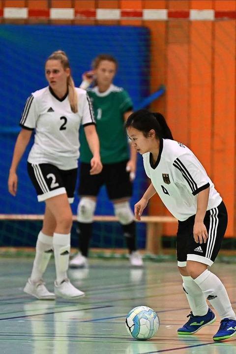 Ngoc Mai Nguyen (am Ball) und Claire A...r Freiburger Fraktion im Nationalteam.  | Foto: Achim Keller