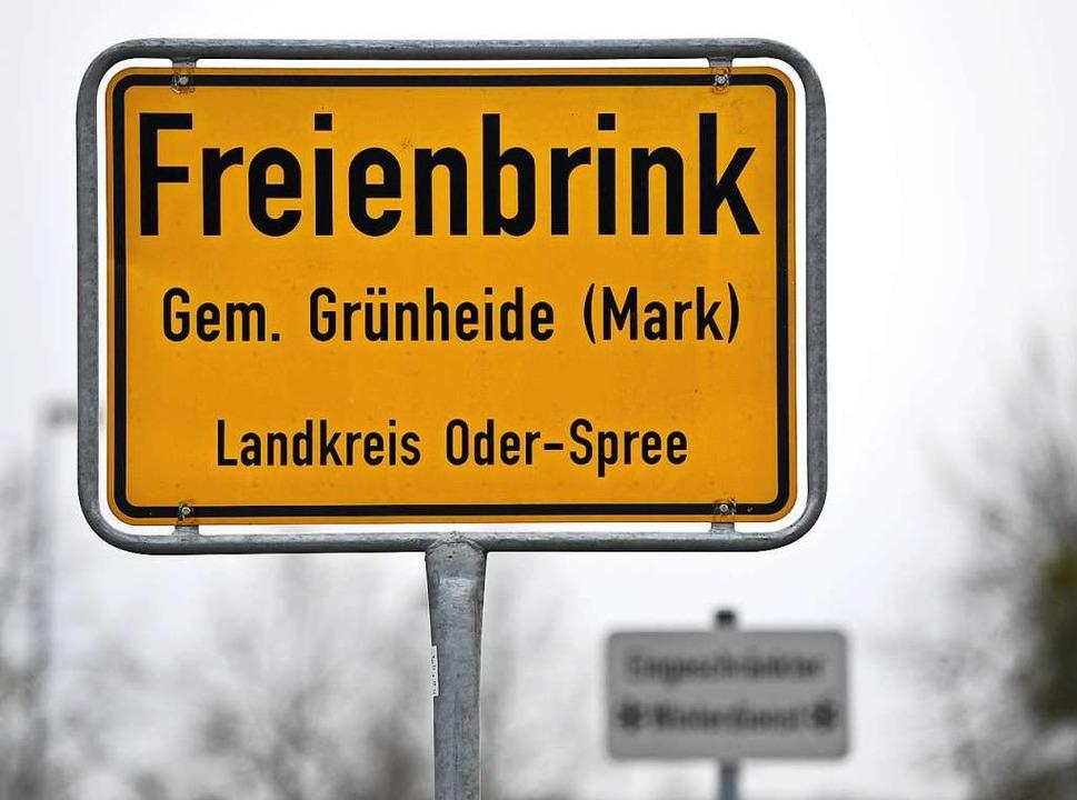Auf dem Gebiet der Gemeinde Grünheide will Tesla kräftig investieren.  | Foto: Monika Skolimowska (dpa)