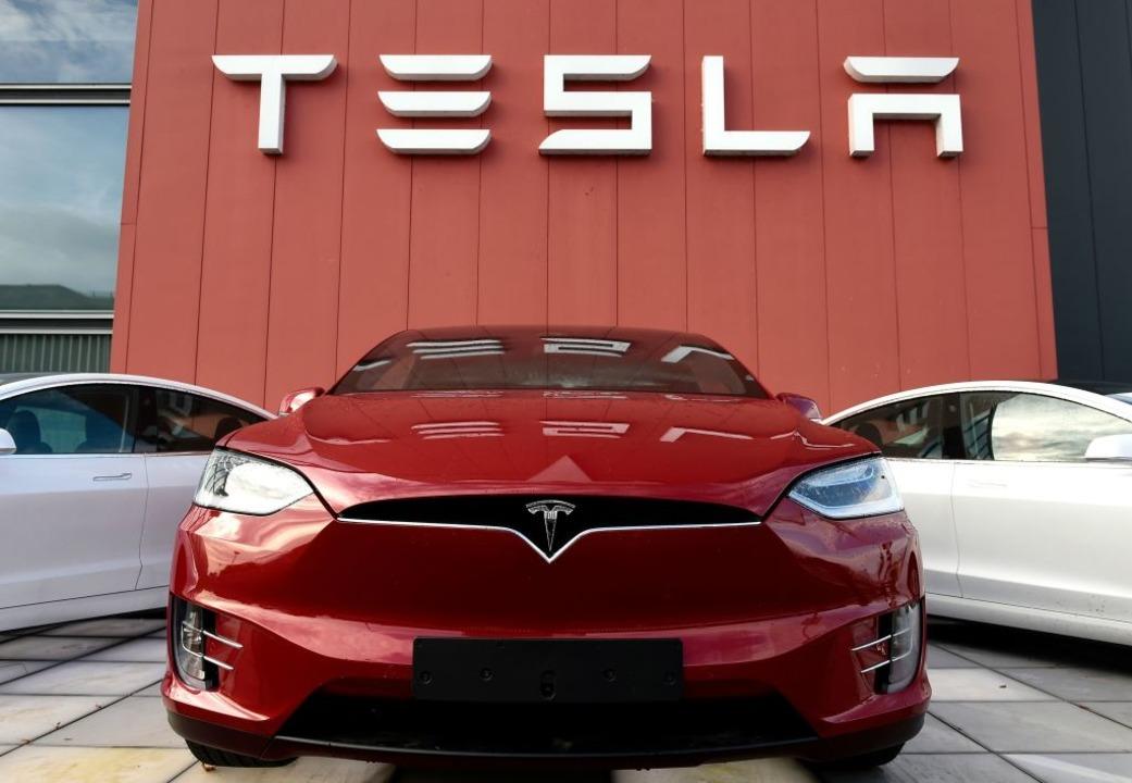 Bislang betreibt Tesla drei Großfabrik... York sowie im chinesischen Schanghai.  | Foto: JOHN THYS (AFP)