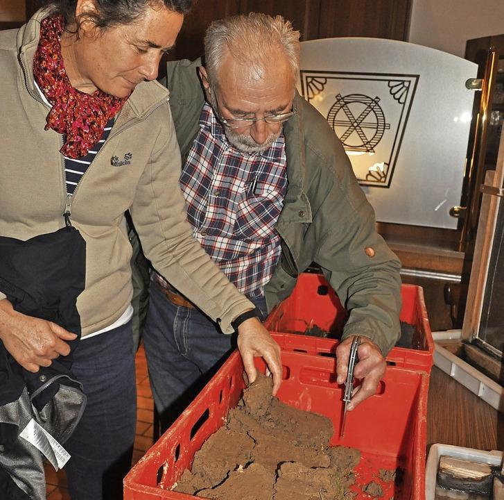 Böden, die von Regenwürmern bearbeitet... Die Besucher überzeugten sich davon.     Foto: Jutta Schütz
