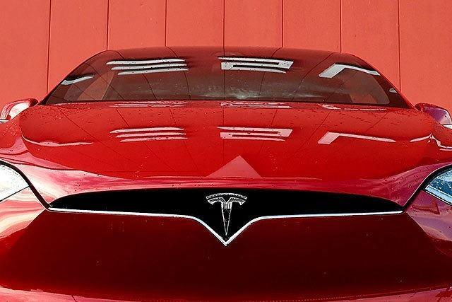 Tesla investiert - und sagt VW, Daimler und BMW den Kampf an