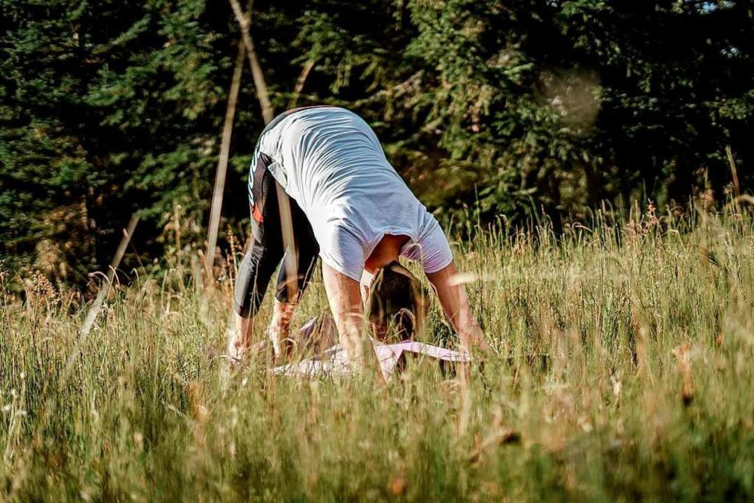 Auf den Hund gekommen? Auch diese Yoga-Übung wird gerne in der Natur geübt.  | Foto: Fit Reisen Group