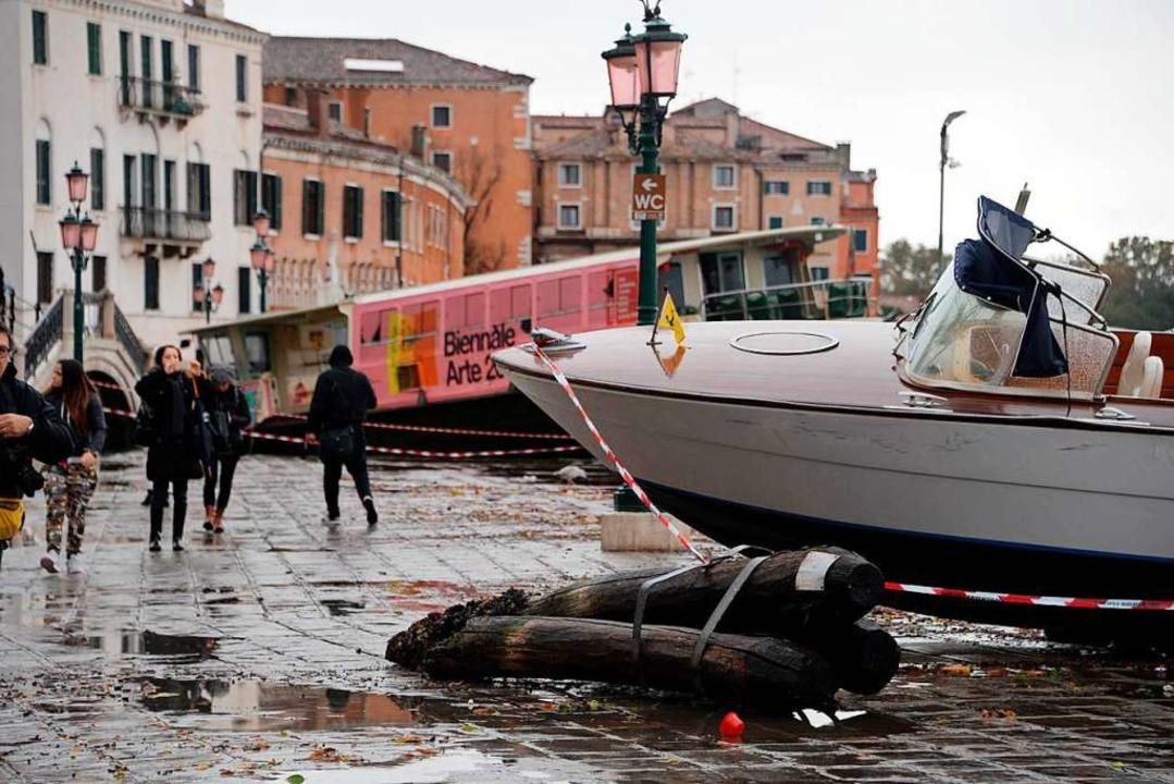 Boote wurden vom Hochwasser aus ihren Vertäuungen gerissen und an Land gespült.   | Foto: Andrea Merola (dpa)