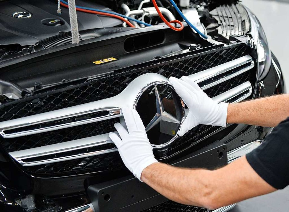 Ein Mitarbeiter von Mercedes-Benz brin...ung und im Management PErsonal sparen.  | Foto: Carmen Jaspersen (dpa)