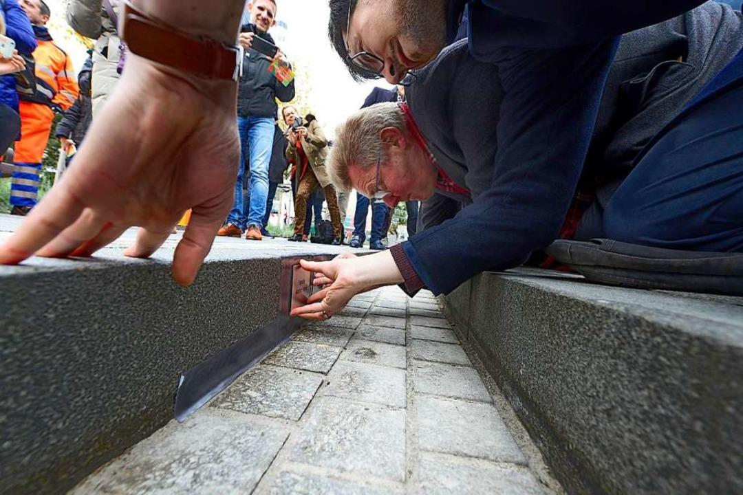 OB Martin Horn (rechts) und Bürgermeis...sten Spenderplaketten in einem Bächle.  | Foto: Ingo Schneider