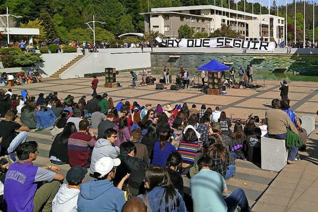 Nicht alle Demonstrationen verlaufen s...die Versammlung auf dem Plaza Condell.  | Foto: Elisabeth Platzer