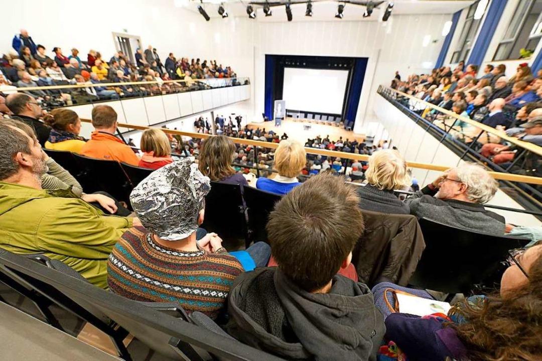 Mehr Menschen kamen zur Einwohnerversa...saal Platz war: Manche trugen Aluhüte.  | Foto: Ingo Schneider