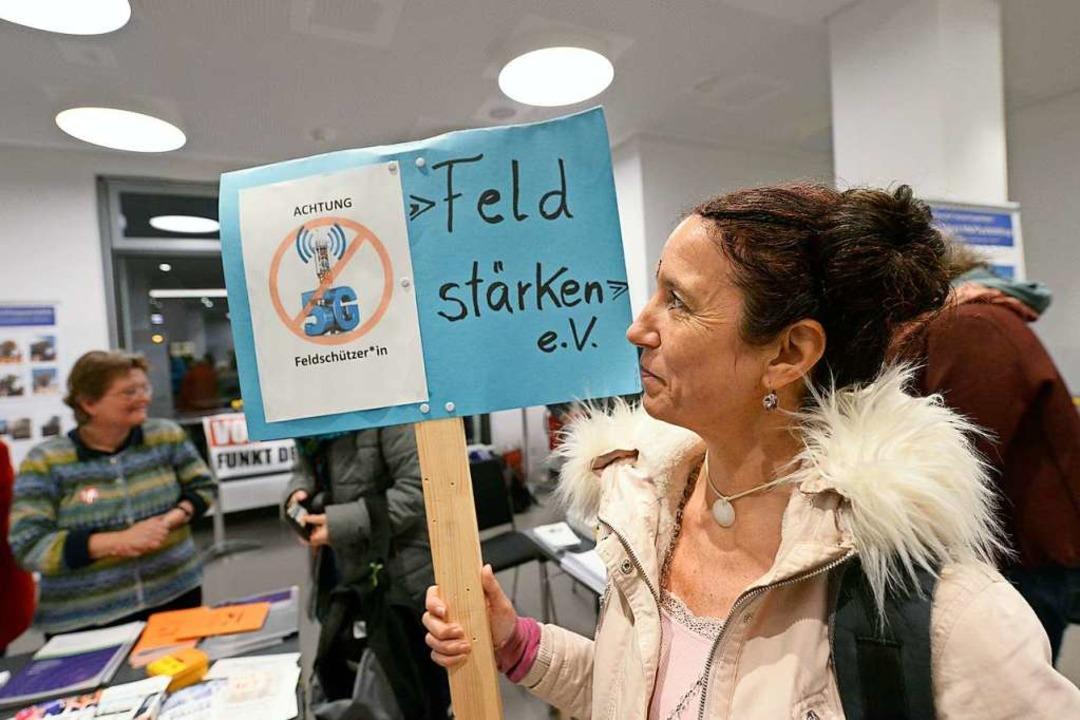 Veranstaltungsbesucherin mit Protestschild.  | Foto: Ingo Schneider