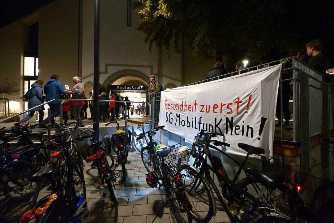 Auch vor dem Eingang zum Paulussaal br...nnern ihre Haltung zu 5G zum Ausdruck.  | Foto: Ingo Schneider