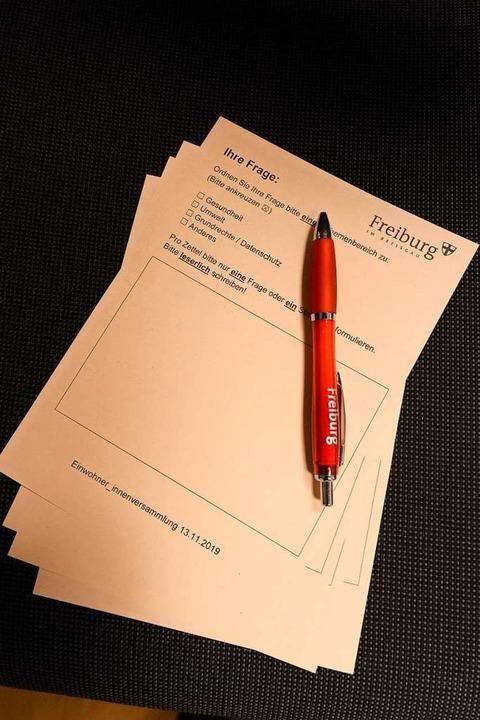 Teilnehmerinnen und Teilnehmer konnten ihre Fragen via Fragezettel stellen.  | Foto: Ingo Schneider