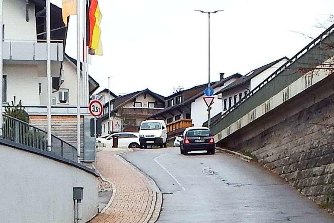 Die Kirchstraße in Rickenbach ist schm...Parkdeck kommen zwei Ausfahrten hinzu.    Foto: Wolfgang Adam
