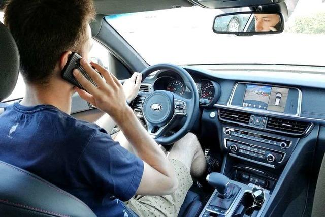 Polizei erwischt in Lörrach 9 Autofahrer mit dem Handy am Steuer