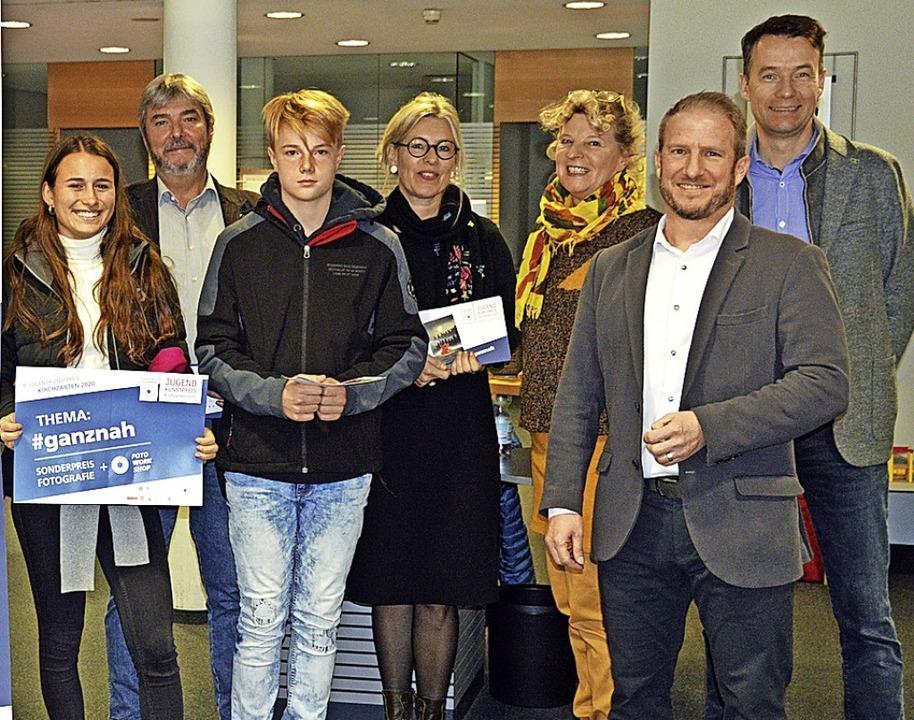 Benita Schlegel präsentierte das  Them...ürgermeister Andreas Hall (von links).  | Foto: Gerhard Lück