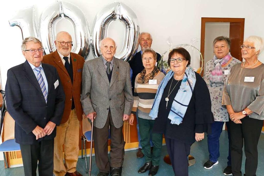 Max Schreiber (3.v.l.) feierte seinen ...n Gabi Schindler (3.v.r.) gratulierte.  | Foto: Sylvia Sredniawa