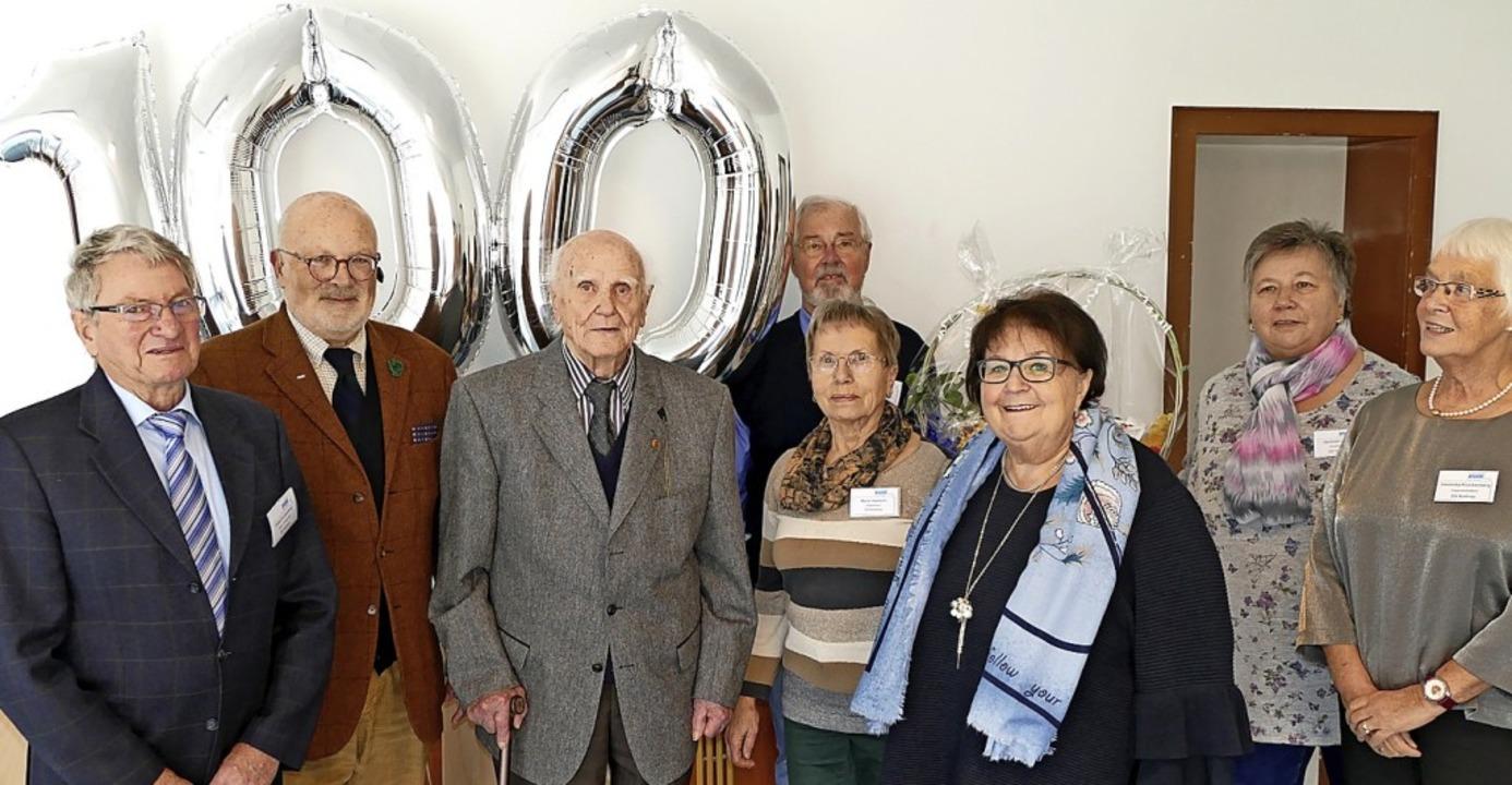 Max Schreiber (3.v.l.) feierte seinen ... Gabi Schindler (3.v.r.) gratulierte.     Foto: Sylvia Sredniawa