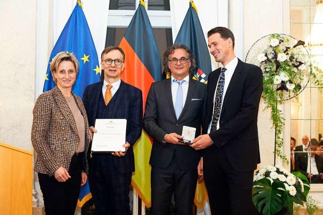 Ministerin Nicole Hoffmeister-Kraut üb...chaftsmedaille des Landes (von links).  | Foto: Leif Piechowski
