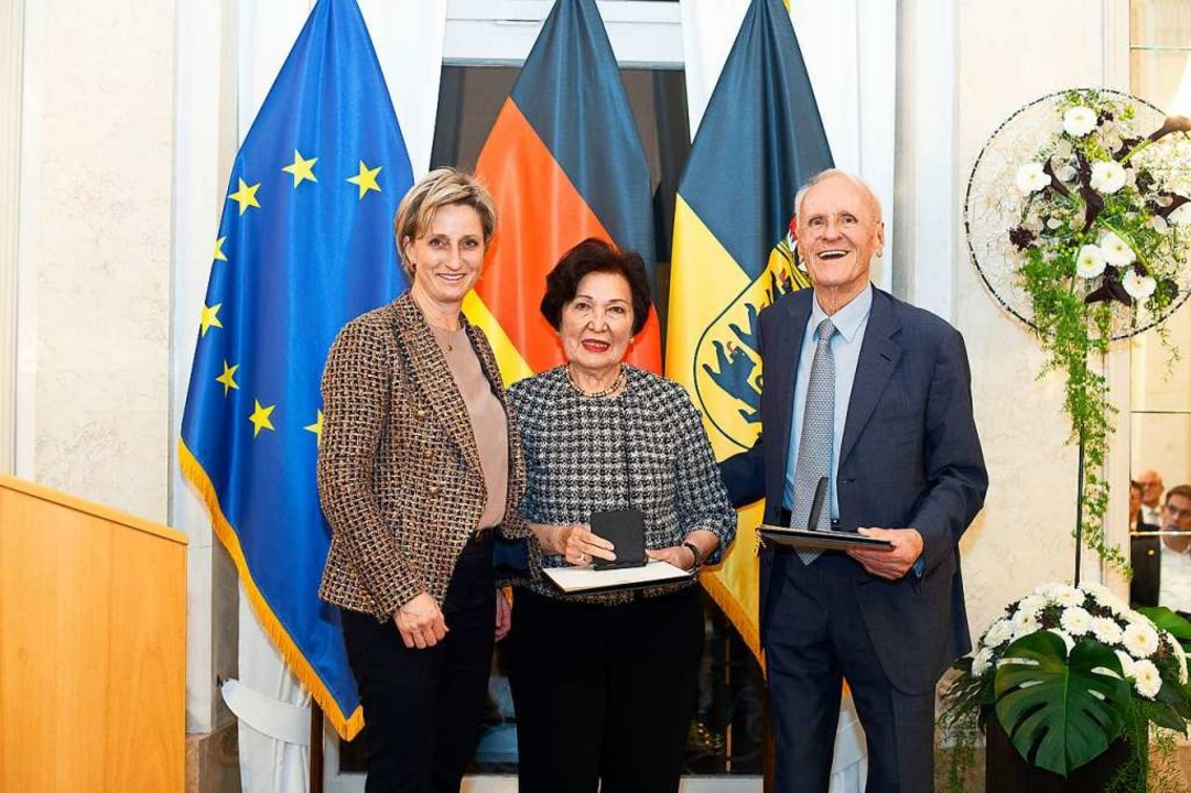 Wirtschaftsministerin Nicole Hoffmeist... Ayhan Busch und Karl Busch verliehen.  | Foto: Leif Piechowski