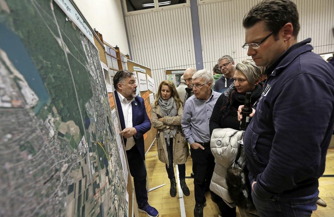 Großes Interesse fanden die Stellwände...Funktionsträger Fragen beantworteten.   | Foto: Christoph Breithaupt