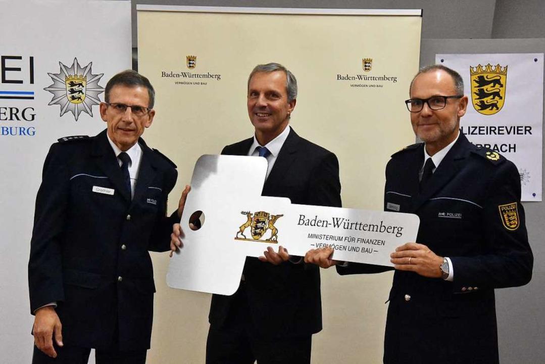 Revierleiter Wolfgang Grethler, Karl-H...ranz Semling bei der Schlüsselübergabe  | Foto: Kathrin Ganter