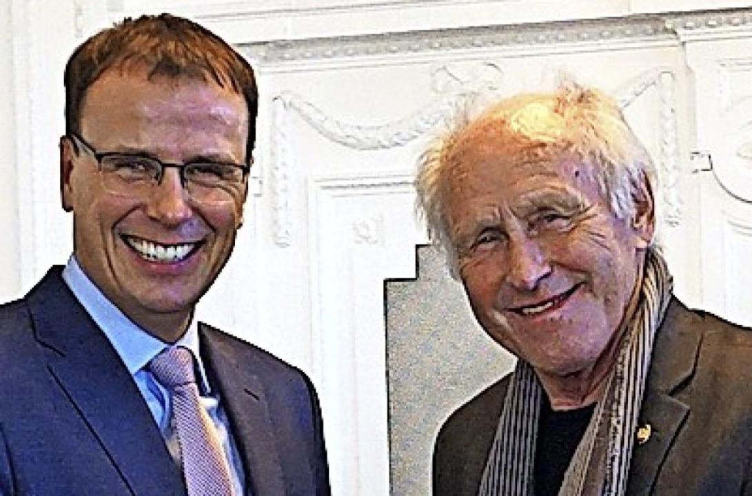 Staatssekretär Volker Schebesta ehrt Gerold Bächle.     Foto: Heiler