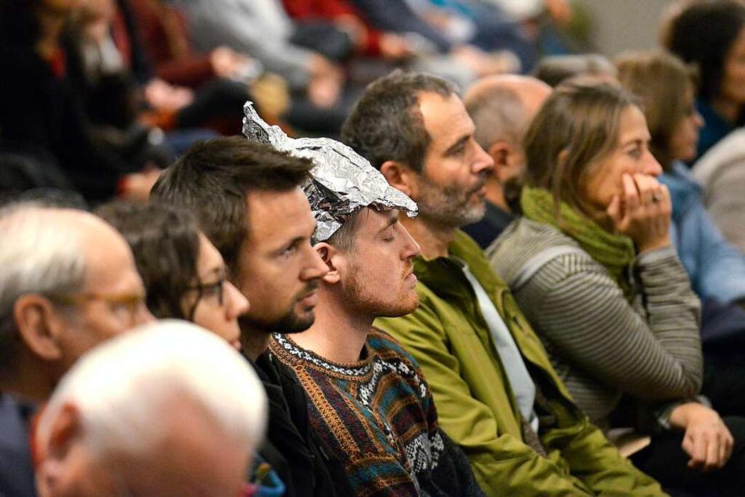 900 Menschen kamen am Mittwochabend in den Paulussaal. Manche trugen Aluhut.  | Foto: Ingo Schneider