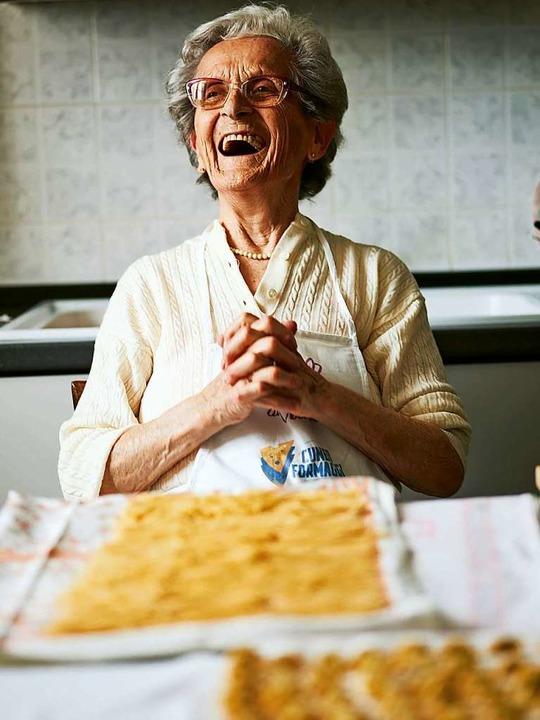 Damit ihre Rezepte nicht verloren gehe...ie Zubereitung von Agnolotti al Plin.   | Foto: Emma Lee