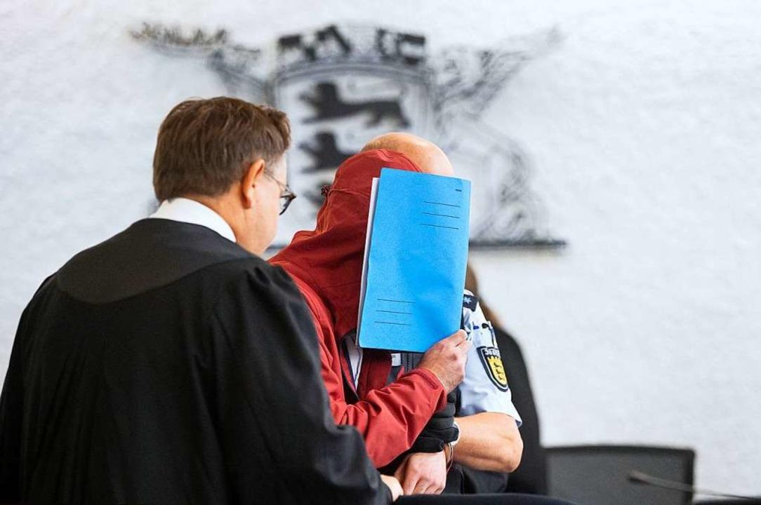 Der Angeklagte (Mitte) in einem Mordpr...nks neben ihm steht sein Rechtsanwalt.  | Foto: Marijan Murat (dpa)