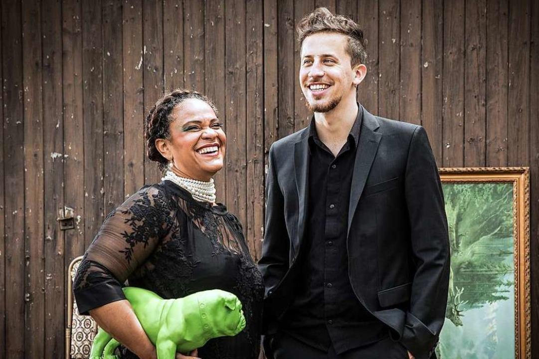 Sängerin Cecile Verny und Jazz-Gitarri...hsprachiges Album  in Badenweiler vor.  | Foto: Britt Schilling