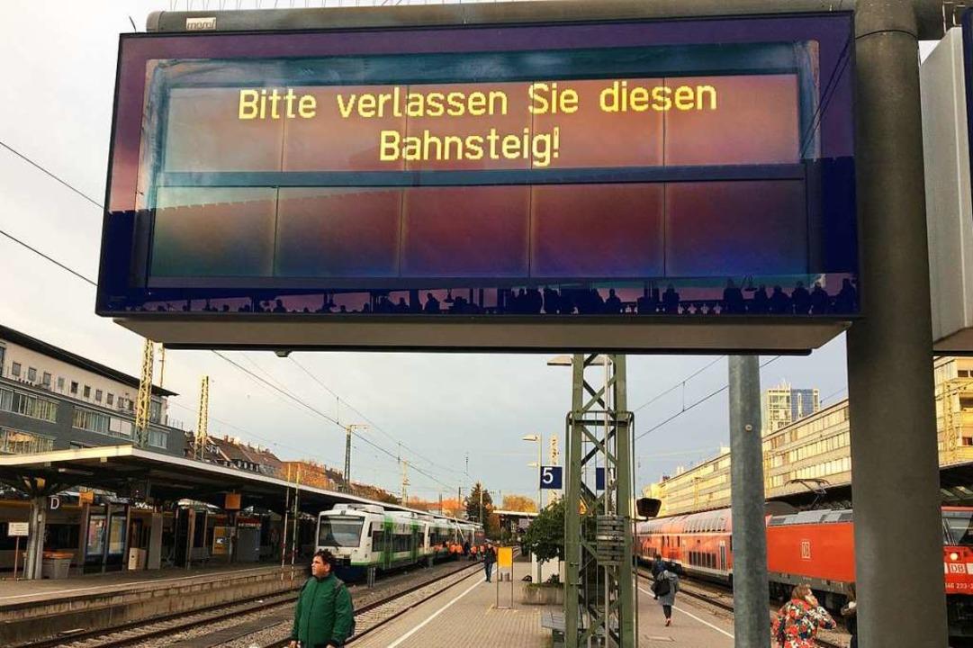 Für den komplexen Feuerwehreinsatz wurden die Gleise des Hauptbahnhofs gesperrt.  | Foto: Simone Höhl