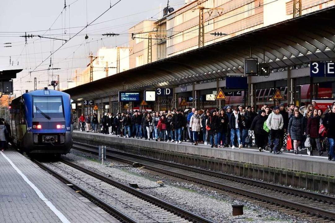 Gedrängel an Gleis 3 nach Sperrung des...ger Hauptbahnhofs für den Bahnverkehr.  | Foto: Thomas Kunz