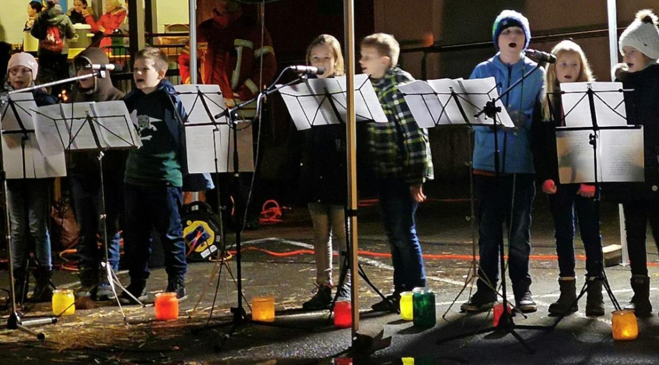 Die Gündlinger Viertklässler singen ein St.-Martin-Lied.   | Foto: Privat