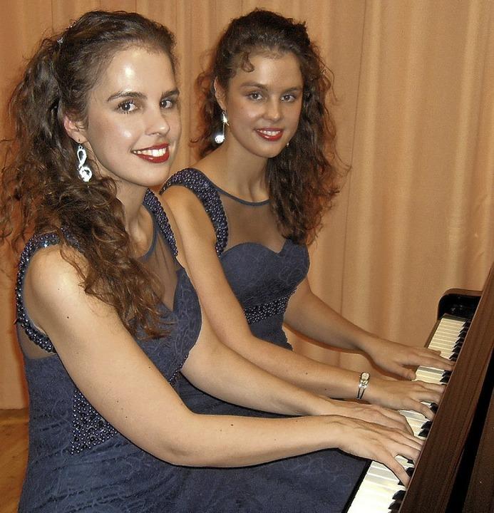 Die Zwillingsschwestern  Friederike (l...um ein Klavierkonzert zu vier Händen.   | Foto: Ernst Brugger