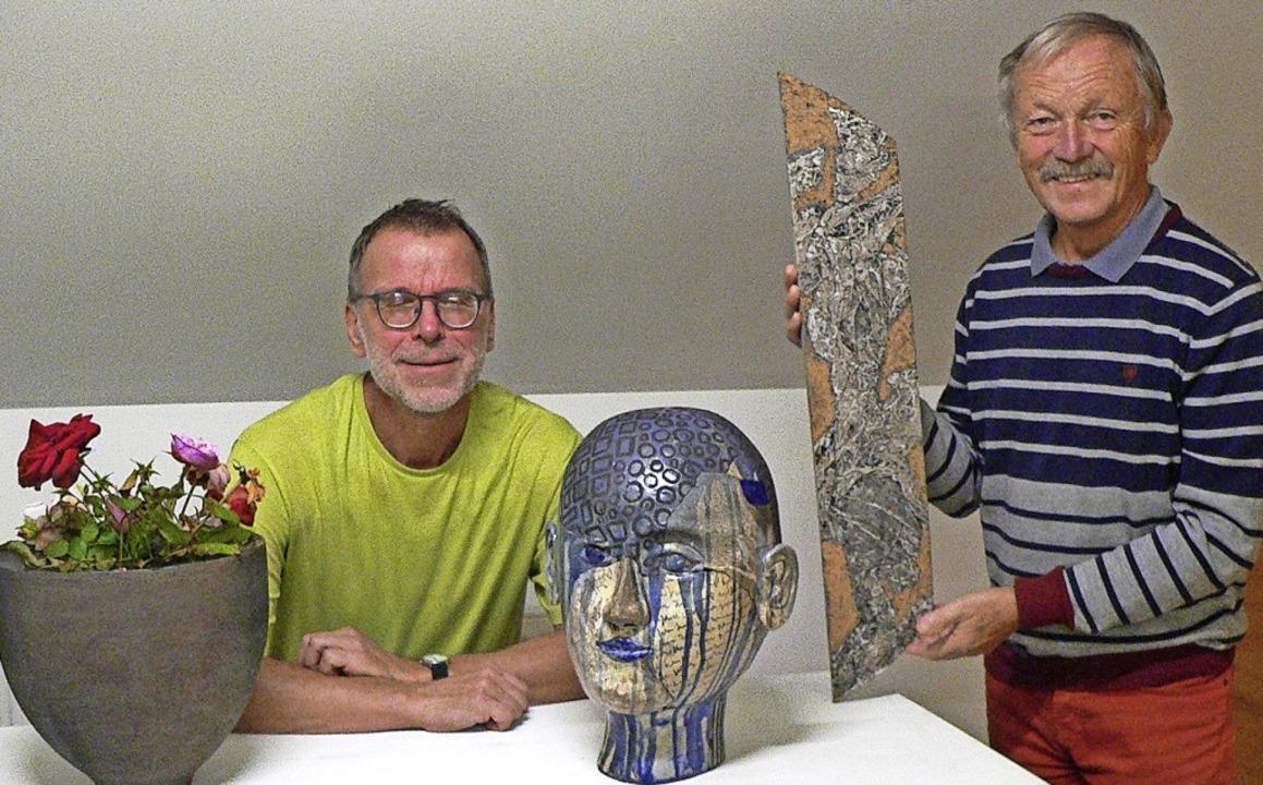 Die beiden Künstler Gerhard Schwarz au...eich mit einer seiner Holzskulpturen.   | Foto: Rosemarie Tillessen
