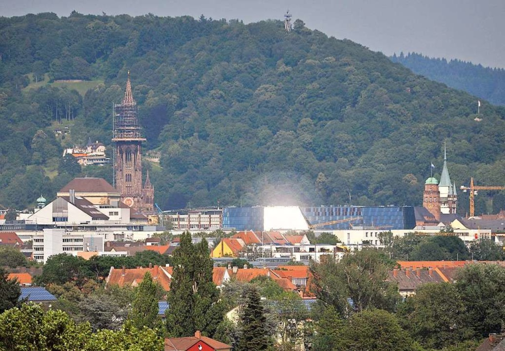 Blick aus der Krozinger Straße in Rich...der Ferne blendet die UB (Archivbild).  | Foto: Michael Bamberger