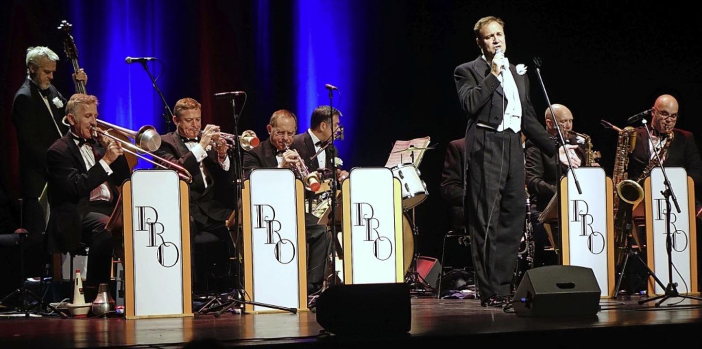 Pasadena Roof Orchestra mit Sänger Duncan Galloway im Lörracher Burghof   | Foto: Roswitha Frey